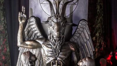 We waren bij de onthulling van een geheim satanisch monument