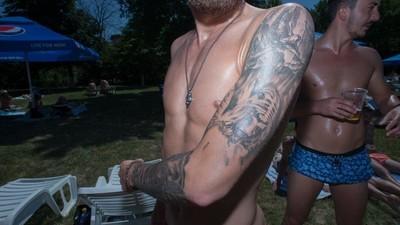 Los extraños tatuajes de la gente en las albercas públicas de Bucarest