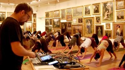 Endlich gibt es Yoga ohne Vogelgezwitscher und Esoterik-Menschen