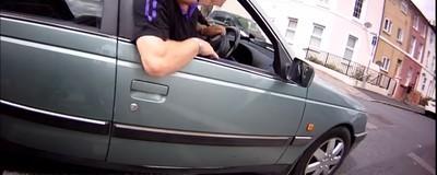 Dieses Video von einem Autofahrer, der einen Fahrradfahrer umtreten will und sich dabei auf die Fresse packt, ist wahre Kunst