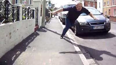 Este Vídeo de um Motorista Caindo de Cara Quando Tenta Chutar um Ciclista É uma Obra de Arte