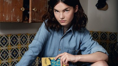 Fashion: Girls Reading Books