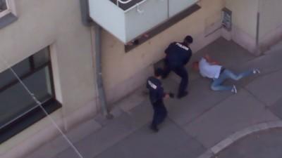 Ein Video zeigt, wie Polizisten einen gefesselten Mann misshandeln