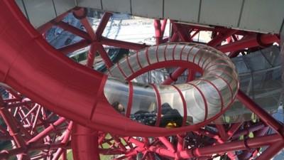 Una escultura creada para las olimpiadas se convierte en un enorme tobogán