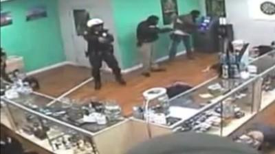 Diese Polizisten fühlen sich in ihrer Privatsphäre verletzt, weil sie beim Haschkekse-Essen gefilmt wurden