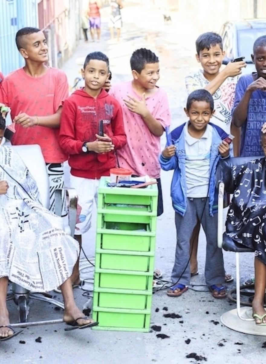 Estos jóvenes peluqueros cortan el pelo gratis a los pobres