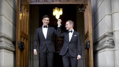 Un omofobo ha fatto l'errore di aggredire una coppia gay addestrata all'Accademia Militare