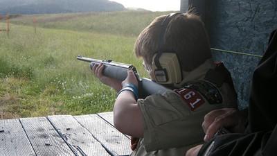 Des vendeurs d'armes offrent des silencieux à des scouts américains