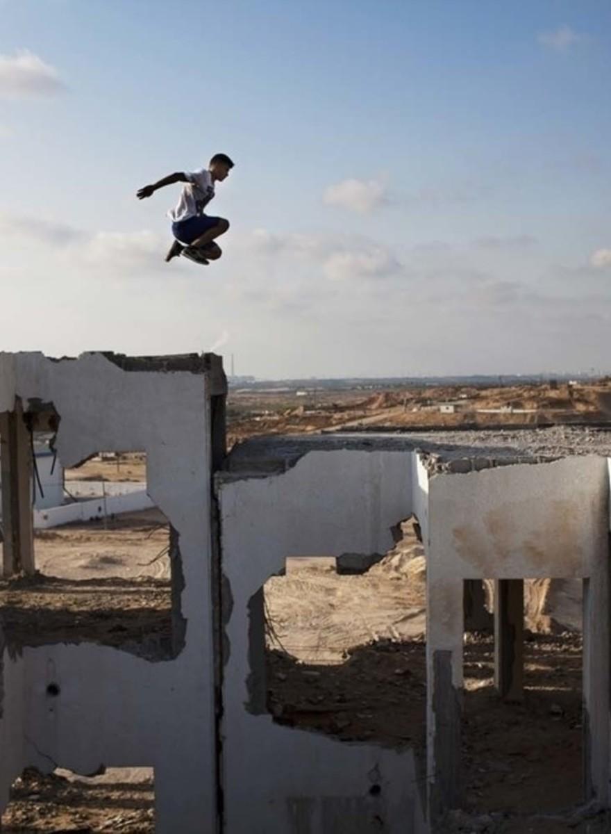 Fotos de adolescentes de Gaza practicando parkour