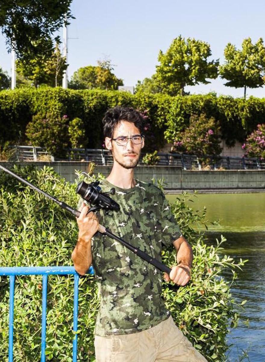 Fotos de gente pescando en medio de Madrid