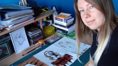 Cette jeune fille est peintre, et elle peint avec son sang menstruel