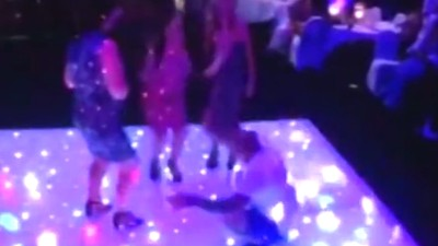 Ein Mann versucht, drei Frauen auf der Tanzfläche zu beeindrucken, und kackt sich in die Hose