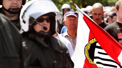 Zwei Brandenburger Polizisten haben Neonazis vor Ermittlungen geschützt