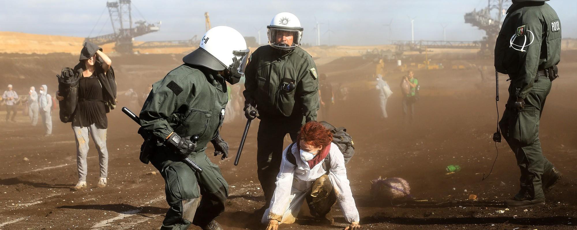 Bilder von der blutigen Stürmung der Braunkohlegrube Garzweiler