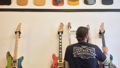 Este tío convierte las tablas de skate en guitarras (y se saca una pasta)