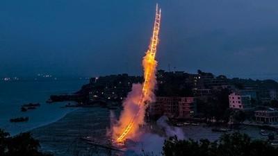 Un artist i-a dedicat bunicii sale o scară din artificiii care urcă spre cer
