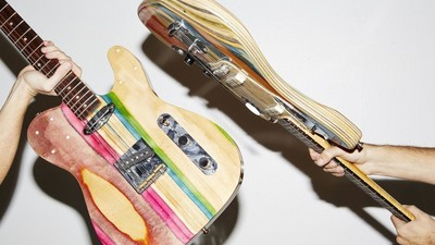 Este tipo convierte las patinetas en guitarras