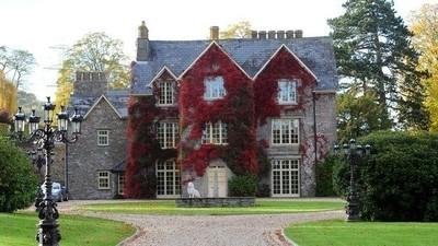 Ein reicher Waliser hat sein Anwesen mit den Grabsteinen kleiner Kinder dekoriert