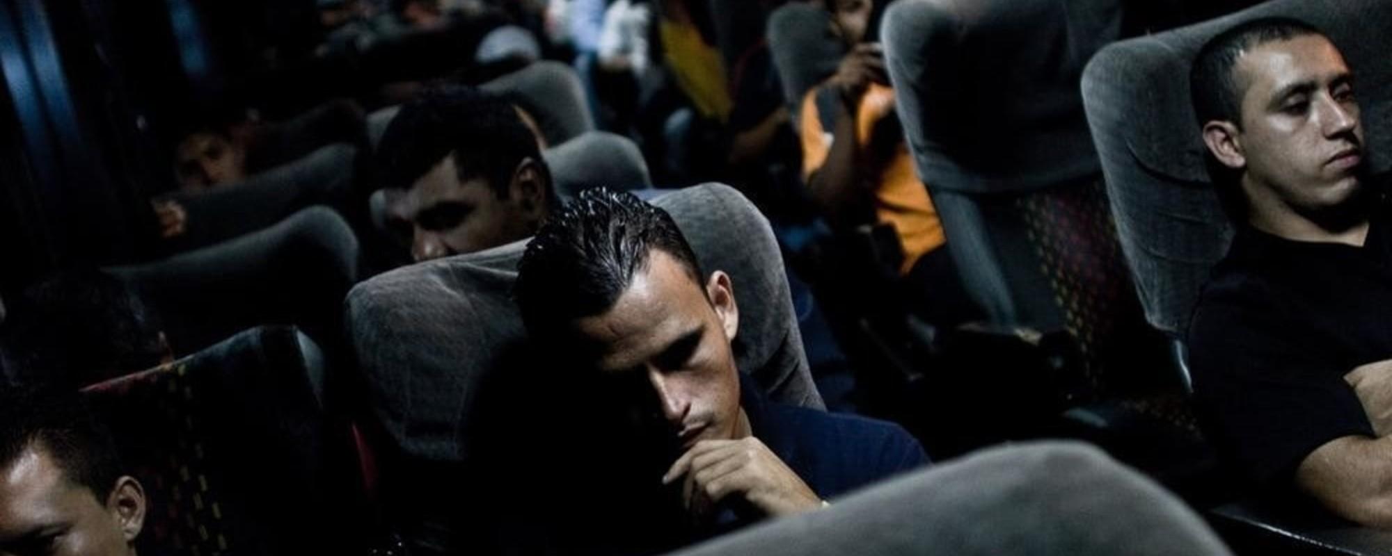 El exilio y la violencia en las fotos de Mauricio Palos