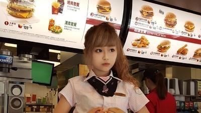 """""""Zeița de la McDonald's"""" e cea mai nouă descoperire a subculturii sexului din Taiwan"""