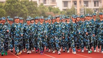 Fotos del entrenamiento militar obligatorio de los universitarios chinos