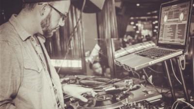Cum e să fii DJ când ești surd