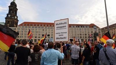 Doi nemți neo-naziști au urinat pe o familie de imigranți