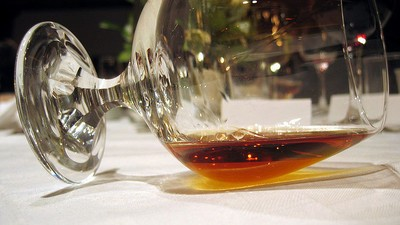 Una donna si è scolata una bottiglia di cognac alla goccia perché non voleva consegnarla alla security dell'aeroporto