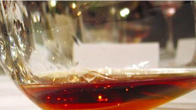 Eine Frau hat eine ganze Flasche Cognac geext, um sie nicht dem Flughafenpersonal zu geben