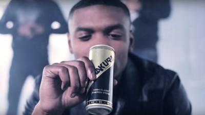 Niemand drinkt het, en toch is Shakura een van de belangrijkste sponsors van de Nederlandse rapscene