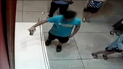 Il video del ragazzino taiwanese che rompe un quadro dice un sacco di cose sull'umanità