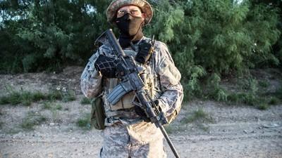 """""""Este país es nuestro"""": un día con la milicia antiinmigrante de la frontera de Texas"""