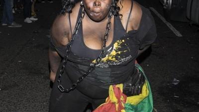 Sânge, gaze lacrimogene și cuțite: Fotografii cu haosul de la un carnaval londonez