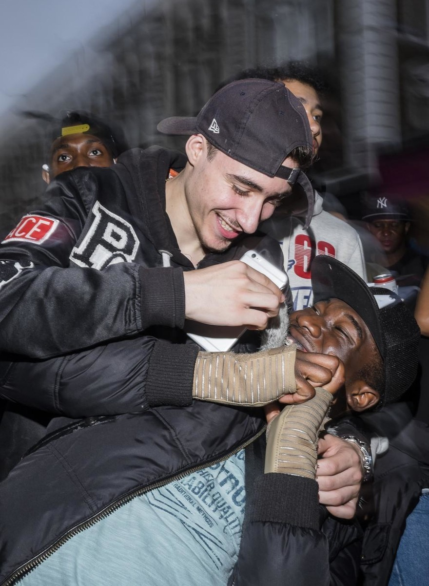 Sangue, Óxido Nitroso e Folia: Fotos do Caos no Carnaval de Notting Hill em Londres