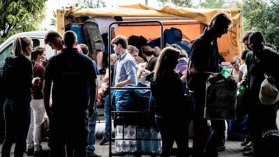Mee met een groep activisten die naar Hongarije rijden om vluchtelingen te helpen