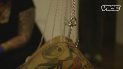Abhängen mit Leuten, die sich für ein traditionelles Ritual an Haken aufhängen lassen