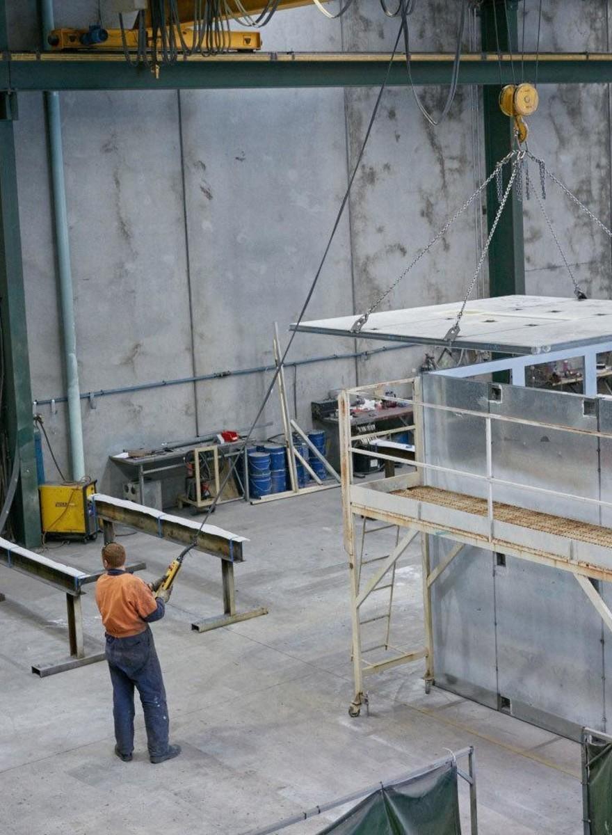 Fotografias de trabalhadores australianos que montam celas chinesas pré-fabricadas