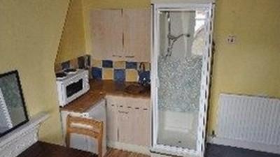 ¡He encontrado piso en Londres! ¿Quién no ha soñado con tener una ducha en la cocina?