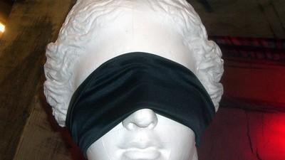 Een vrouw is aangeklaagd voor het misleiden van haar beste vriendin met een blinddoek en nep-penis