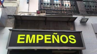 Mercancía robada, regateos y psicología inversa: así es currar en una casa de empeños de Madrid