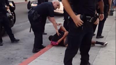 In Kalifornien ist ein schwarzer Teenager von Polizisten niedergerungen worden, weil er auf der Straße lief