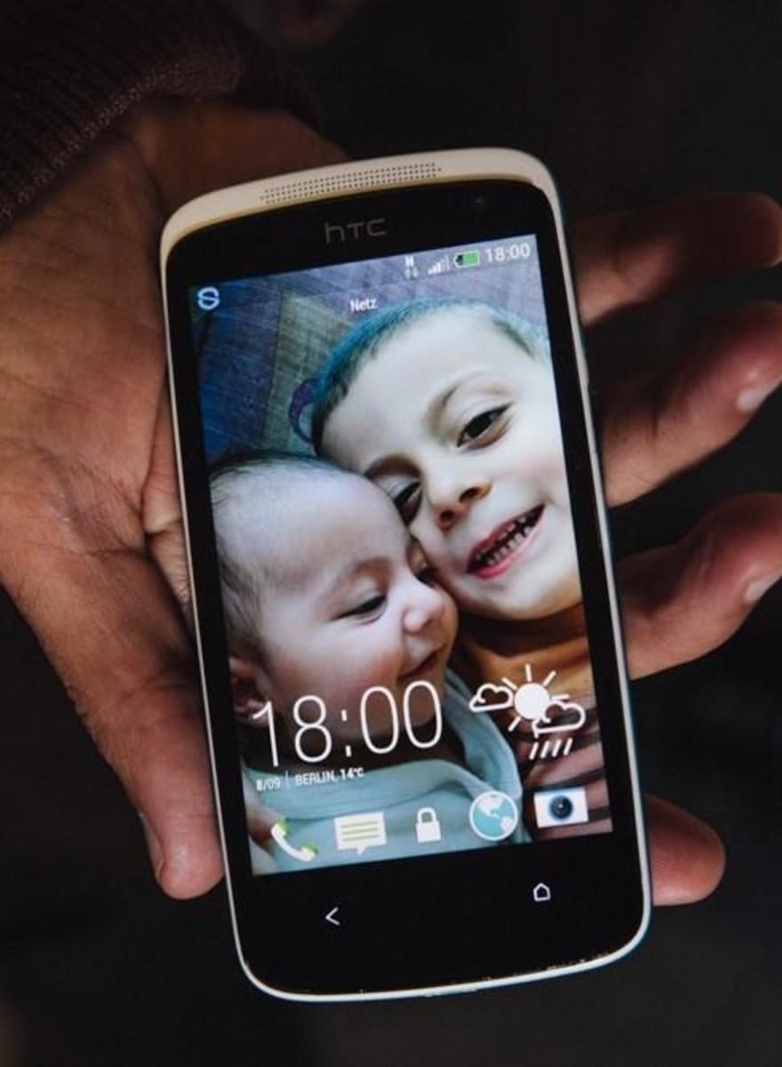 Varios refugiados nos cuenten la historia del fondo de pantalla de sus móviles