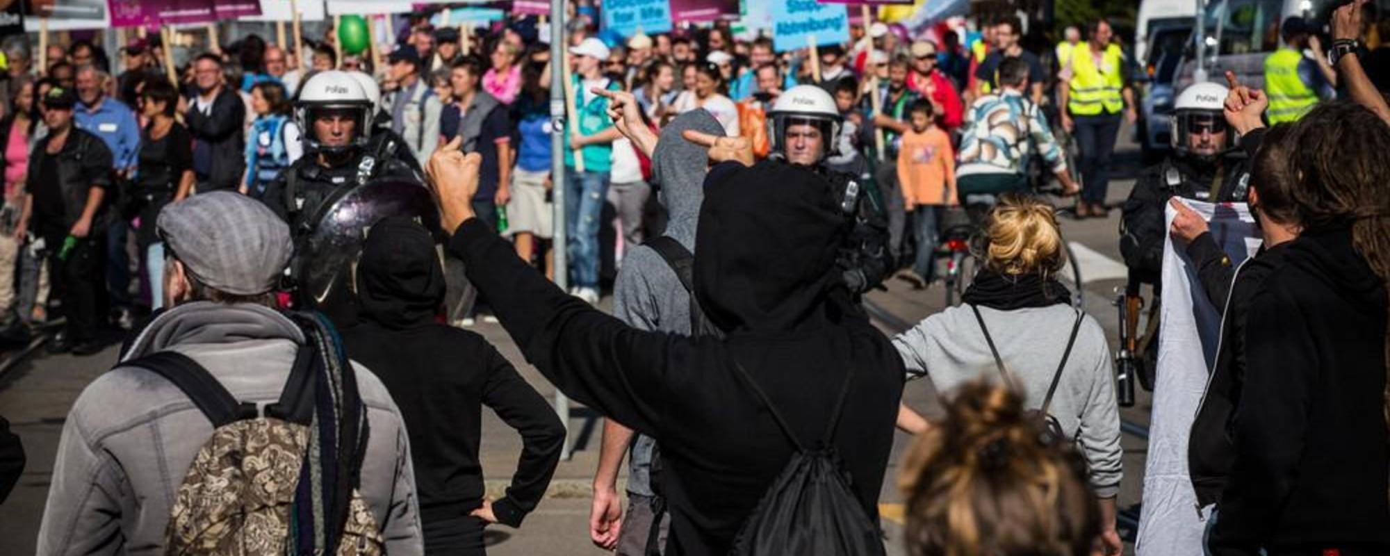 """Eurodance, Robocops, Abtreibungsgegner – wir waren am """"Marsch fürs Läbe"""" in Zürich"""