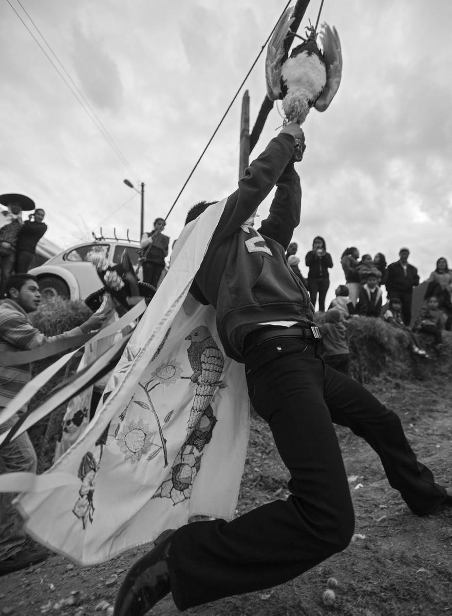 Máscaras, bailes y gallos decapitados: bienvenidos al Carnaval del Huehue