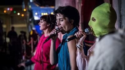 Foto's van het optreden van Pussy Riot in Banksy's Dismaland
