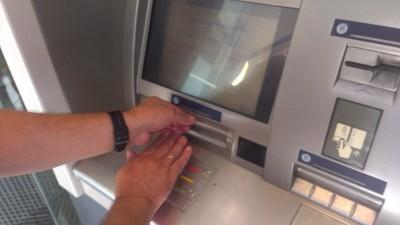 Cómo evitar que los bancos te timen (si sacas dinero de un cajero)