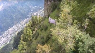 Graham Dickinson hat einen unglaublichen 180Km/h-Wingsuit-Flug hingelegt