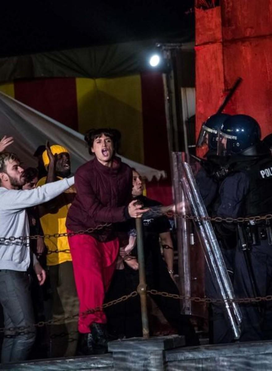 Fotos do Pussy Riot Tocando na Dismaland de Banksy