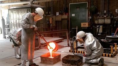 Jasper Rombouts gebruikt lavasteen om kandelaren en schalen te maken