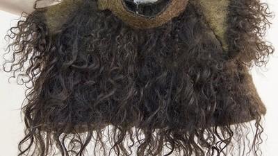 O studentă face haine din păr uman
